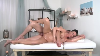 Lusty Woman Gets A Massage And Pussy Pounding